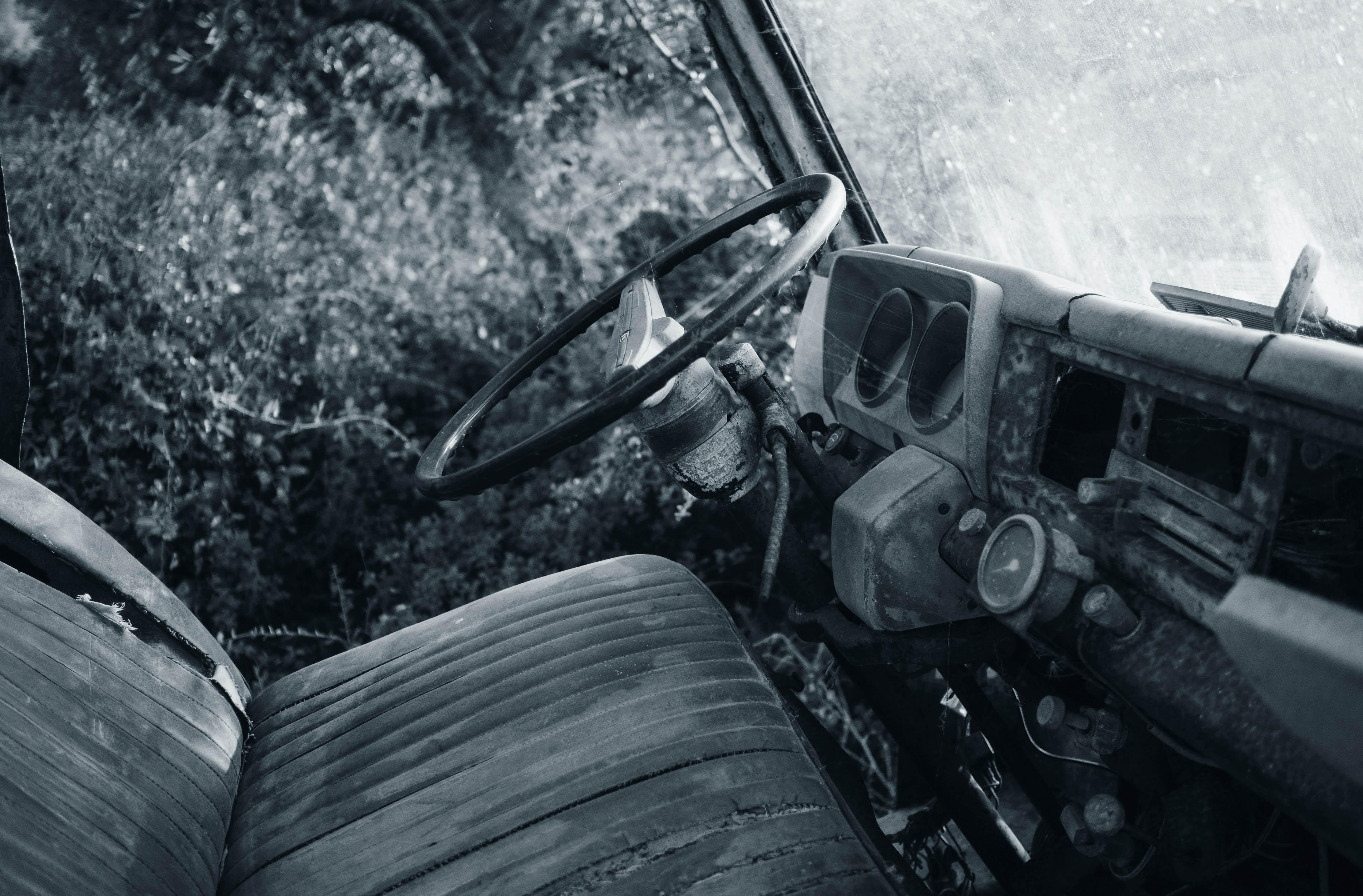Interiér starého zanedbaného auta.