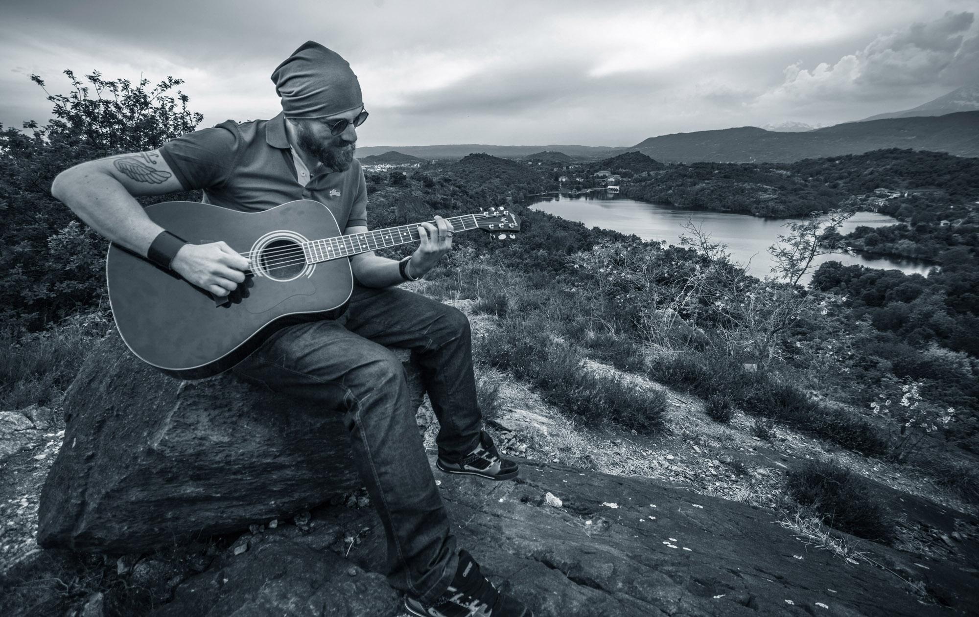 osamělý kytarista