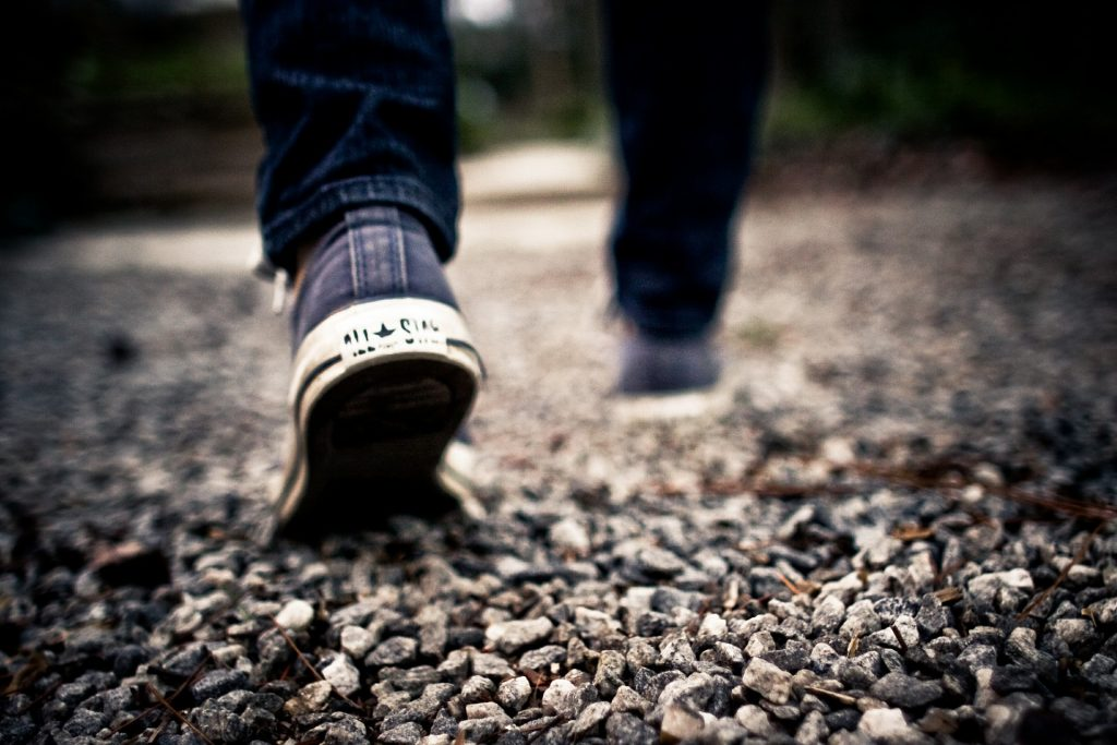 Odcházející muž, detailní záběr na boty